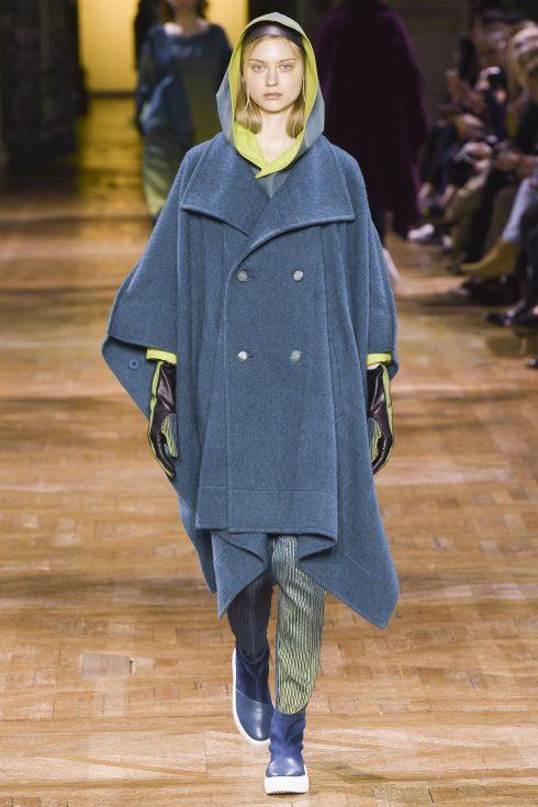 Chiếc áo cape mang hơi hướng thể thao của Issey Miyake