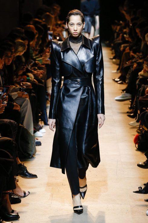 Chiếc áo khoác da đen ấn tượng của Mugler