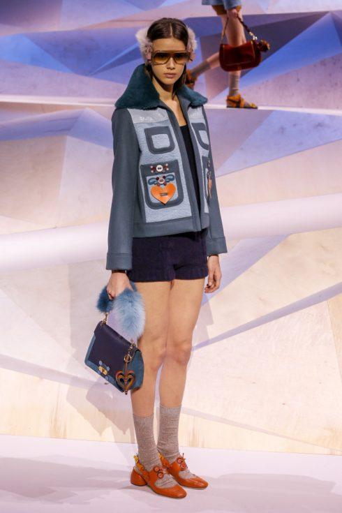 Anya Hindmarch cũng mang tới những chiếc túi quai lông đấng yêu