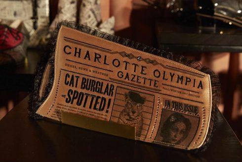 Chiếc clutch tờ báo của Charlottle Olympia