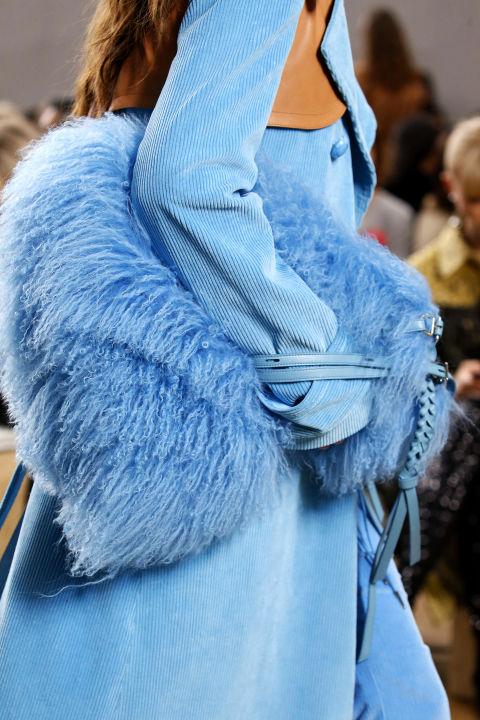 Chiếc túi lông xanh ấn tượng từ Nina Ricci