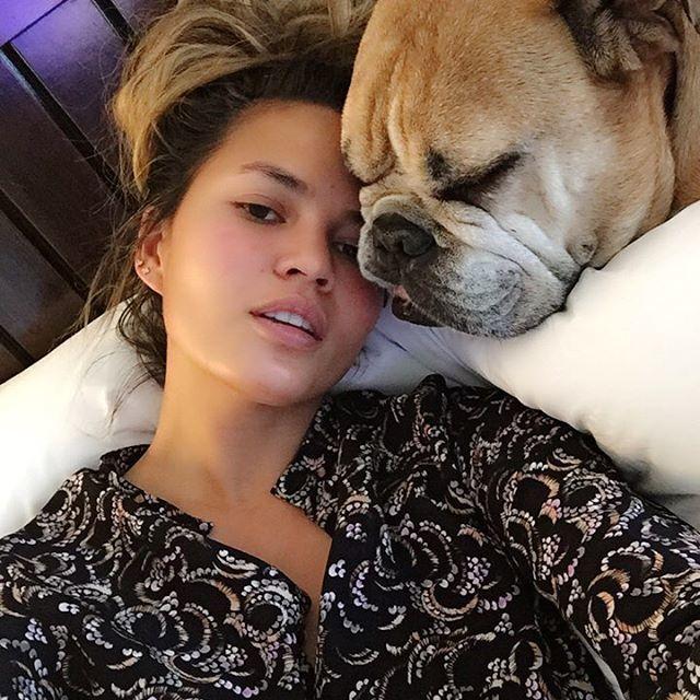 Chrissy pose cùng cún cưng