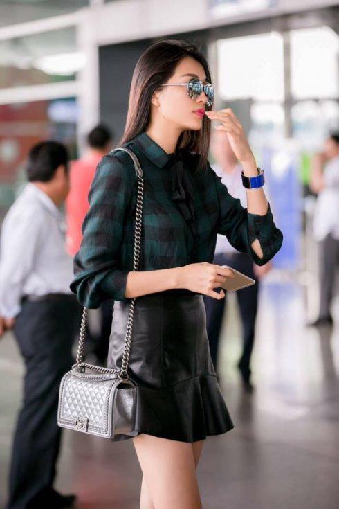 Người đẹp sinh năm 1993 cá tính khoe làn da trắng ngần trong trang phục tối màu và chiếc túi hộp có dây đeo kim loại hút mắt