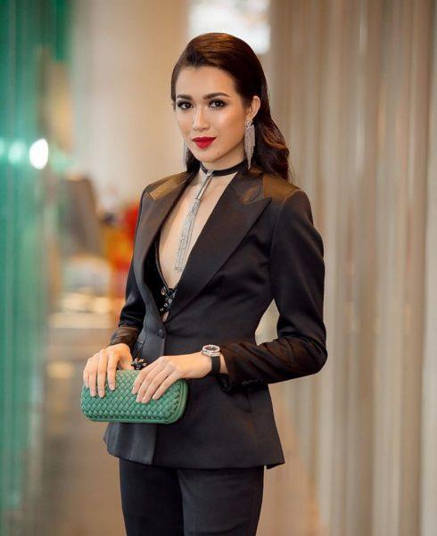 Trong bộ cánh màu đen toát lên phong cách nữ quyền, bộ đôi hoa tai và vòng cổ cá tính mang đến vẻ ngoài thật sang trọng không kém chiếc clutch màu xanh ngọc bảo mà Lệ Hằng mang.