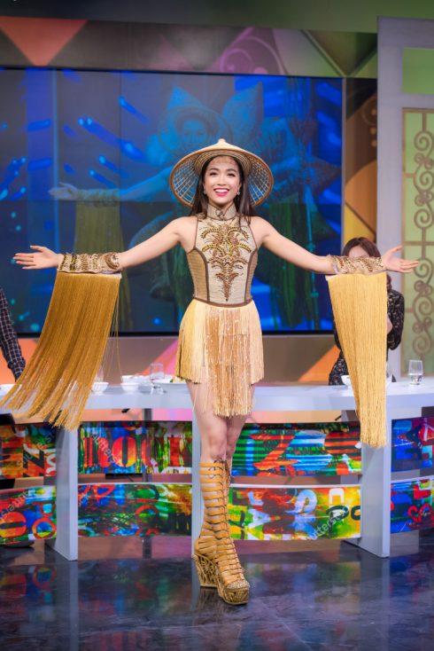 """Trong buổi ghi hình cho Bữa trưa vui vẻ ngày 21/2, Lệ Hằng đã cất công mang cho được bộ trang phục dân tộc kỳ công """"Nàng Mây"""" mà cô đã trình diễn trong đêm Hoa hậu Hoàn vũ 2015 để giới thiệu đến khán giả cả nước."""