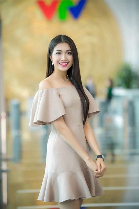 Cô diện một bộ váy tông hồng thanh lịch của thương hiệu Valentino. Lệ Hằng chọn lối trang điểm ngọt ngào và kiểu tóc suông dài để phù hợp với trang phục.