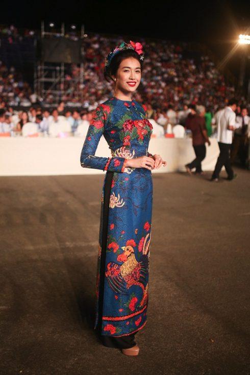 Á hậu Hoàn vũ Việt Nam cho biết cô đặc biệt yêu thích trang phục áo dài dân tộc vì tôn lên nét duyên dáng, thanh lịch của người con gái Việt Nam.