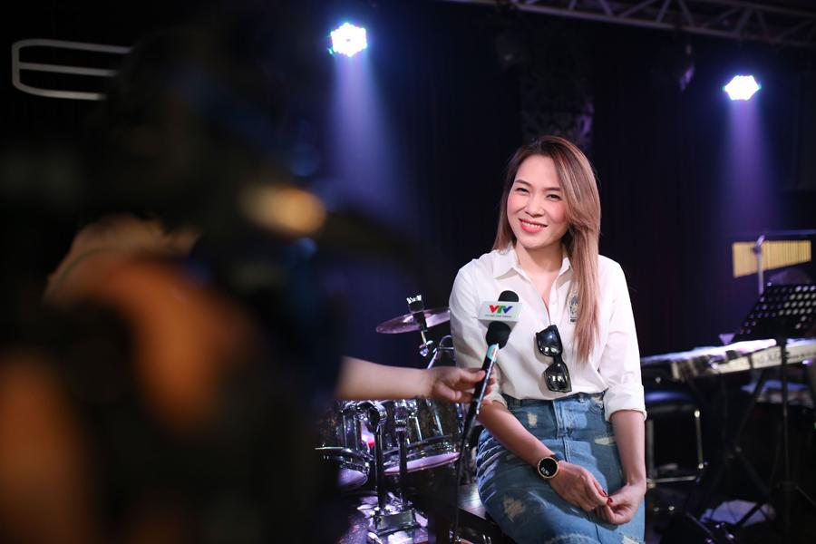 My Tam tre trung voi vay jeans ngan, tinh tu ben Quang Dung (8)