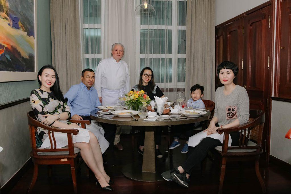 Đầu bếp Alain Dutournier tiếp đón các vị khách của mình trong thời gian ông ở Hà Nội tham dự lễ hội ẩm thực Pháp Gout de France.