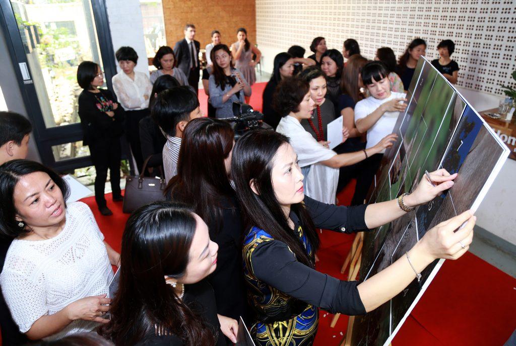 Diễn viên Thúy Hà cùng các nữ doanh nhân ghép tranh bảo vệ Tê giác.