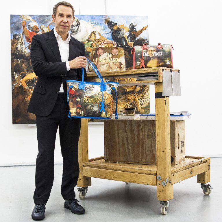 Nghệ sĩ Jeff Koons bên cạnh những chiếc túi LV