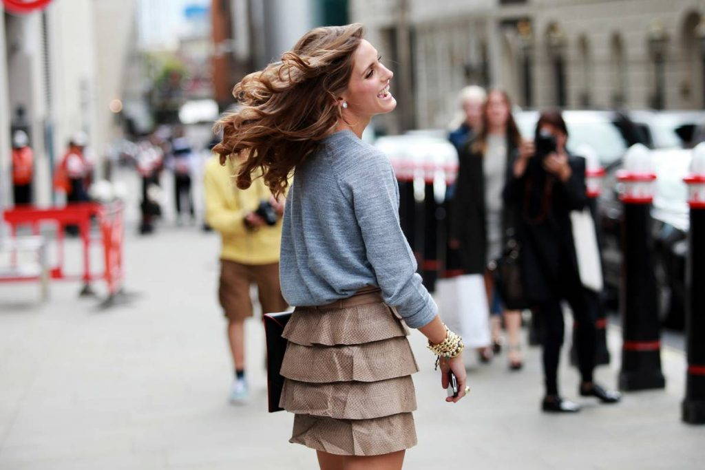 Với lựa chọn này, bởi vẻ cầu kỳ sẵn có, sẽ dễ đang hơn nếu trang phục bạn chọn là vải trơn không hoạ tiết.