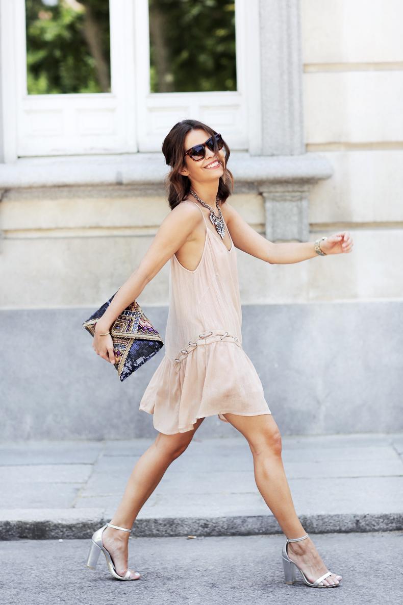 Nếu thuộc tuýp người ưa chuộng sự đơn giản, hãy chọn một chiếc váy hở vai với viền bèo nhỏ ở quanh vai.