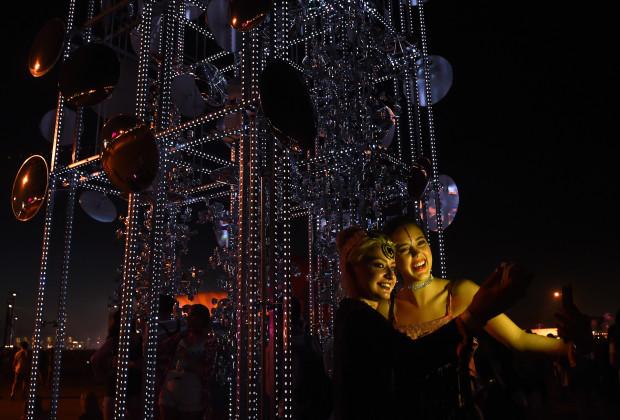 """Tác phẩm tháp gương với tên """"Lamp beside the open door"""" của nhà sáng tạo Gustavo Prado"""