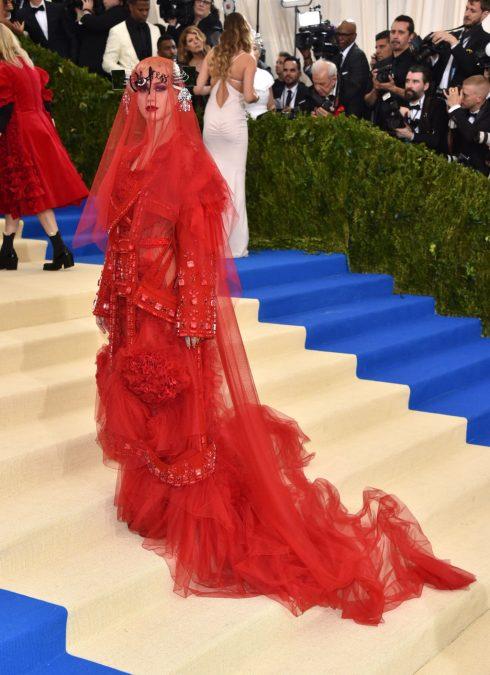 Giữ vai trò đồng chủ xị của Met Gala, Katy Perry là một trong những ngôi sao diện đúng chủ đề thời trang Avant Garde với trang phục và khăn choàng đầu từ thương hiệu Maison Margiela.