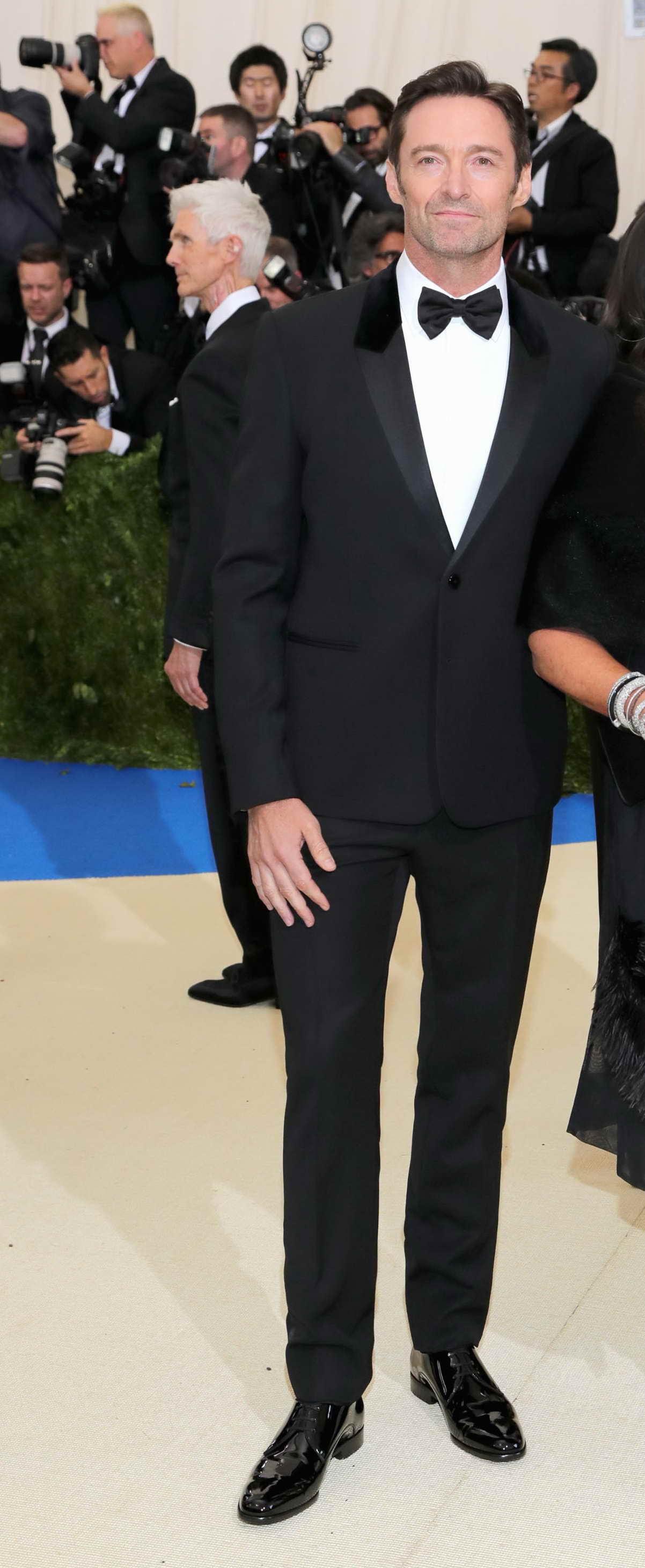 Nam diễn viên Hugh Jackman và Derek Blasberg cùng khẳng định phong độ lịch lãm với tuxedo đen truyền thống.