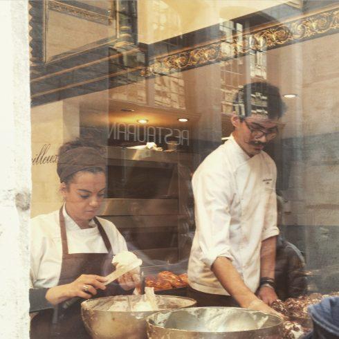 Chính những nhân viên nhào bột là điểm nhấn thu hút khách qua đường tại một hiệu bánh rất nổi tiếng của thành phố Lille