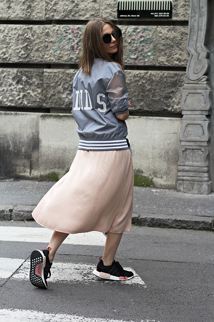 Nhìn những hình ảnh street style cùng váy và khoác jean, váy lụa, voan là những minh chứng rõ ràng nhất cho thấy đôi giày này có thể phù hợp với nhiều xu hướng cũng như lối phối đồ hiện đại.