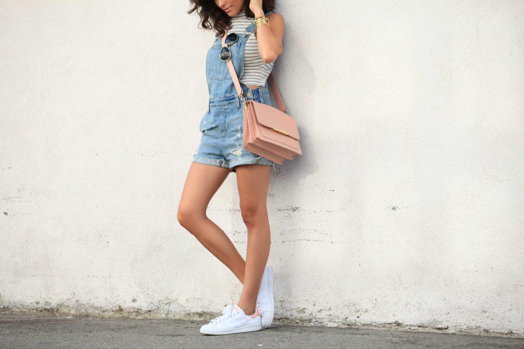 Một bộ đồ năng động cho ngày hè nắng nóng năm nay bao gồm: yếm short jeans, croptop ngắn tay và Stan Smith trắng.