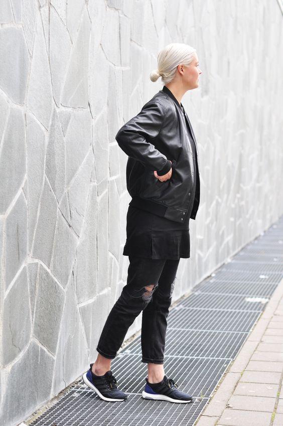 Hoặc hóa thân thành cô nàng rock-chic khi phối với áo khoác da biker bomber màu đen.