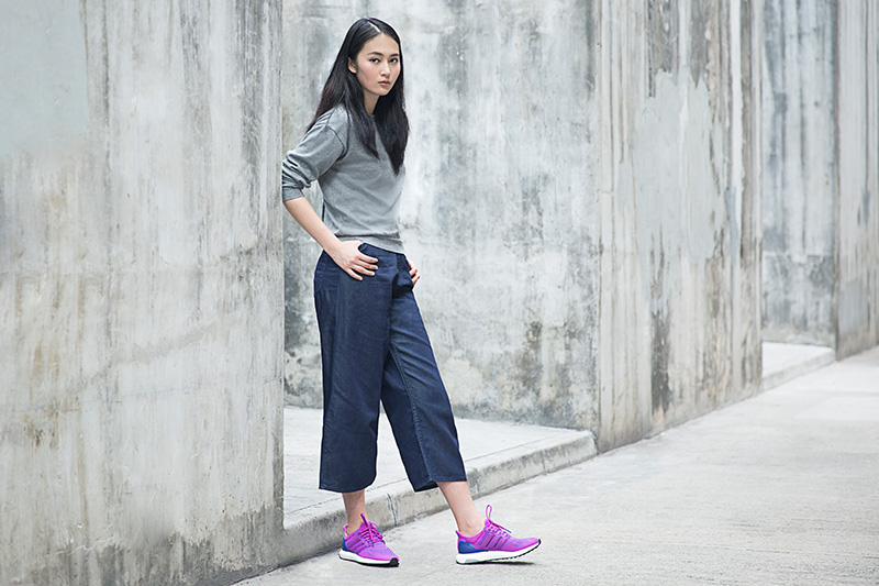 Chọn 1 đôi Adidas Ultraboost màu nổi bật như tím, cam… để làm tăng thêm sự thu hút cho set đồ.