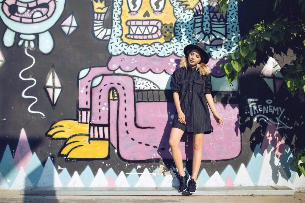 Với những cô gái có vẻ ngoài nữ tính, hãy diện cho mình một chiếc áo oversized màu đen với những đường sọc nhỏ, cùng đôi Ultra Boost năng động ton-sur-ton.