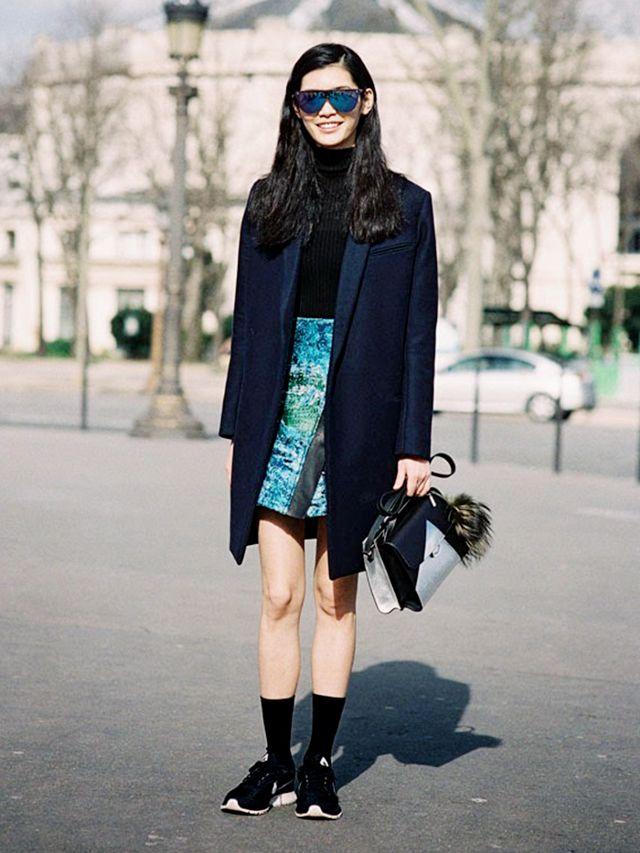 """Mang cùng với tất cao khi diện váy ngắn để """"ăn gian"""" chiều dài đôi chân."""