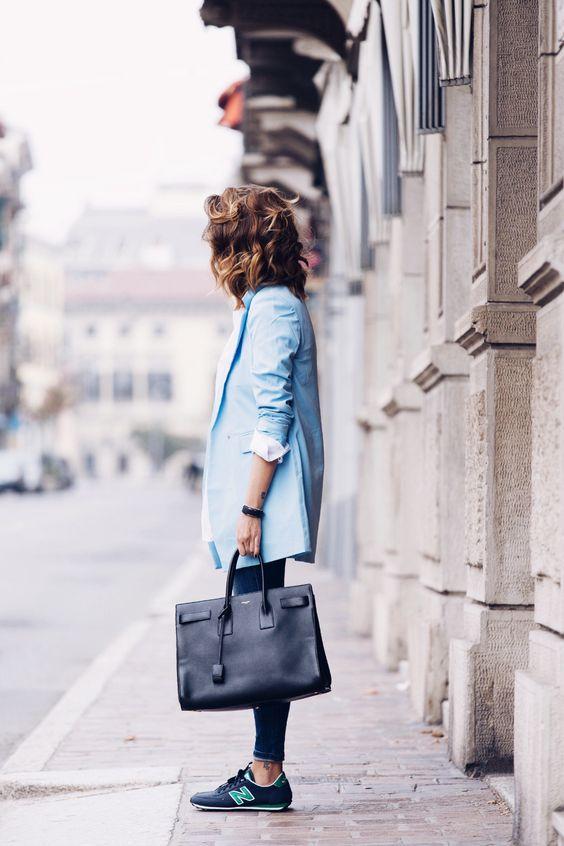 Chất liệu da từ túi cầm tay sẽ làm bộ đồ trông sang trọng hơn, không chỉ là cảm giác khỏe khoắn thông thường nữa.