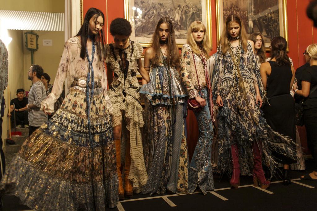 BST Roberto Cavalli Xuân - Hè 2017, được trình diễn tại Milan Fashion Week tháng 9, năm 2016.
