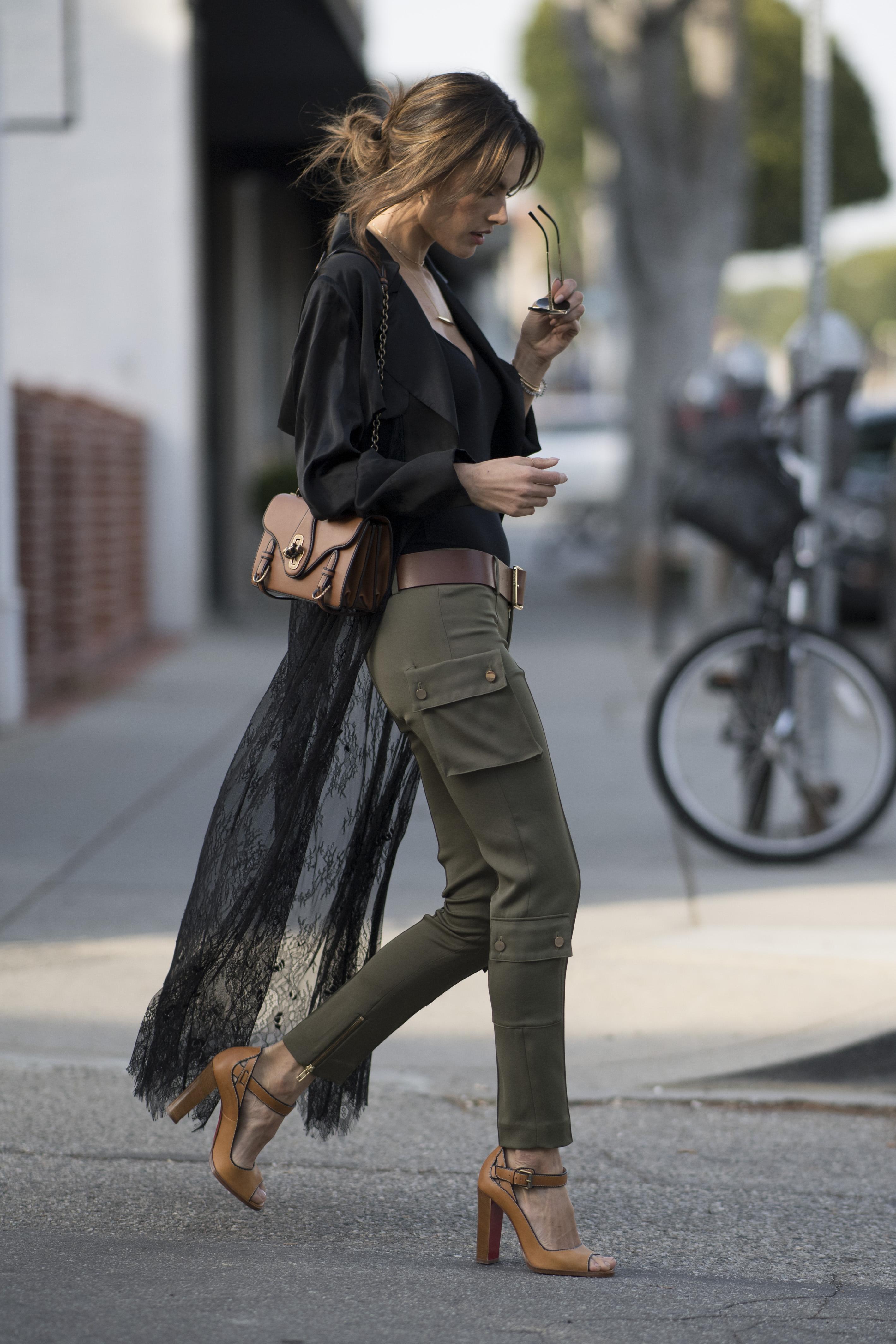 Người mẫu Alessandra Ambrosio với túi xách 50th Anniversary của Bottega Veneta.