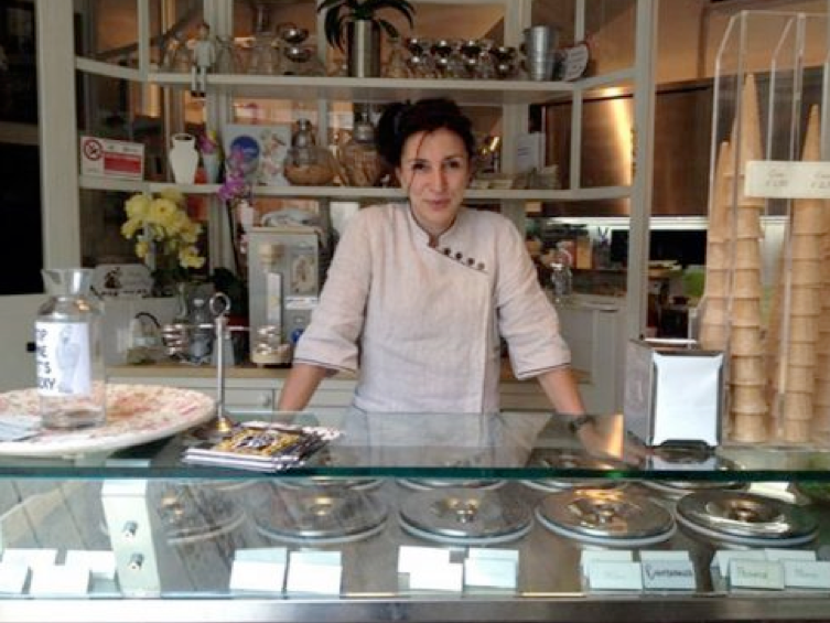 Cô chủ bán kem tại Ý