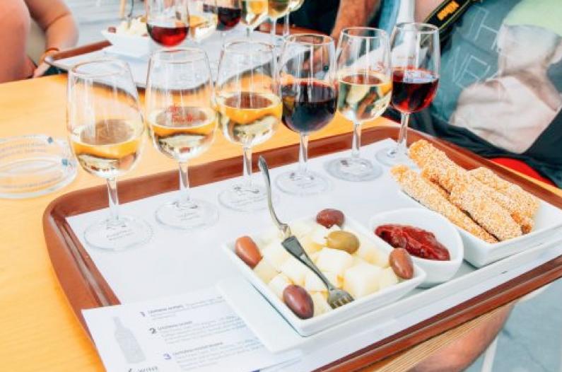 Rượu vang Có thể bạn chưa biết, Santorini sở hữu một trong những giống nho ngon nhất châu Âu và rượu vang ở đây được chế biến hoàn toàn bằng nguyên liệu tự nhiên. Nếu có mối quan tâm đặc biệt với món đồ uống này, bạn có thể ghé qua tham quan bảo tàng rượu vang được đầu tư khá công phu ngay trên hòn đảo này.