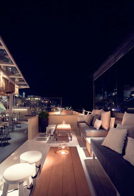 Fira về đêm nhộn nhịp hơn cả khi khách du lịch đổ về các quán bar, cafe và câu lạc bộ đêm để sẵn sàng cuộc vui cùng những vũ công duyên dáng trong vũ điệu Syrtaki kéo dài đến tận khuya. Nên thử: Tango bar