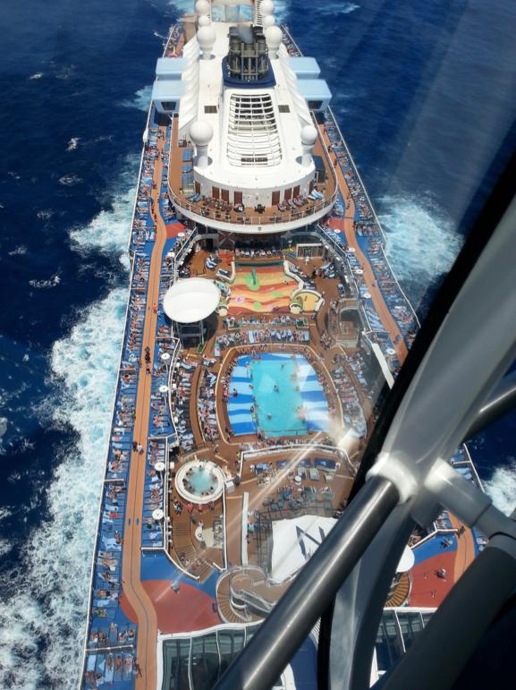 Từ trên tầng cao nhất nhìn xuống phần đuôi của con tàu