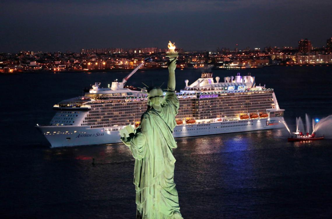 Anthem of The Seas nhìn từ sau lưng tượng đài Nữ Thần Tự Do