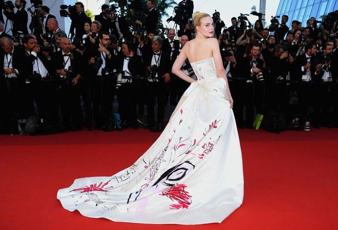 Phía sau chiếc váy của Elle Fanning