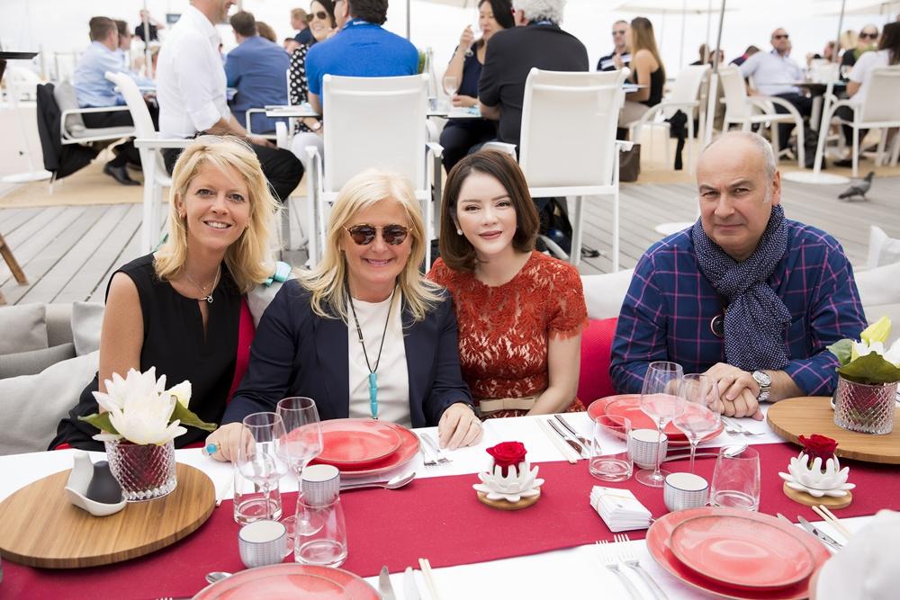 Từ trái qua: Bà Claire Schmitt - Phó giám đốc kinh doanh của Bộ phận Nữ quyền Công ty Giải pháp Truyền thông Prisma, bà Lia Riva - Giám đốc điều hành của Công ty dịch vụ du thuyền Monaco, doanh nhân, diễn viên Lý Nhã Kỳ và Patrick Muller - Người sáng lập và Chủ tịch của Cinemeccanica.