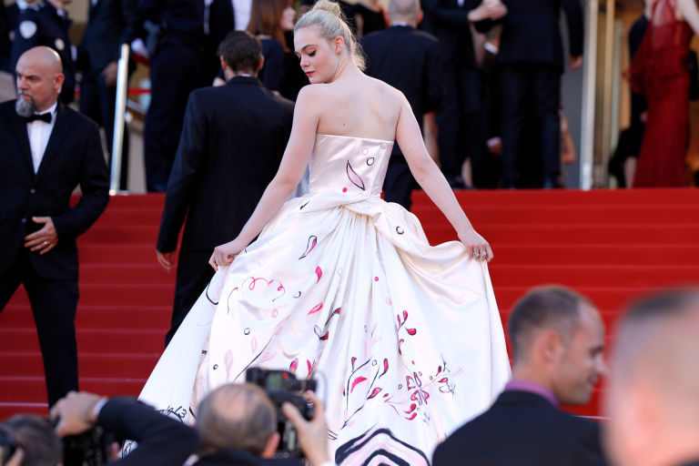 Elle Fanning - vẻ đẹp trong suốt giữa Cannes 2017 ELLE VN