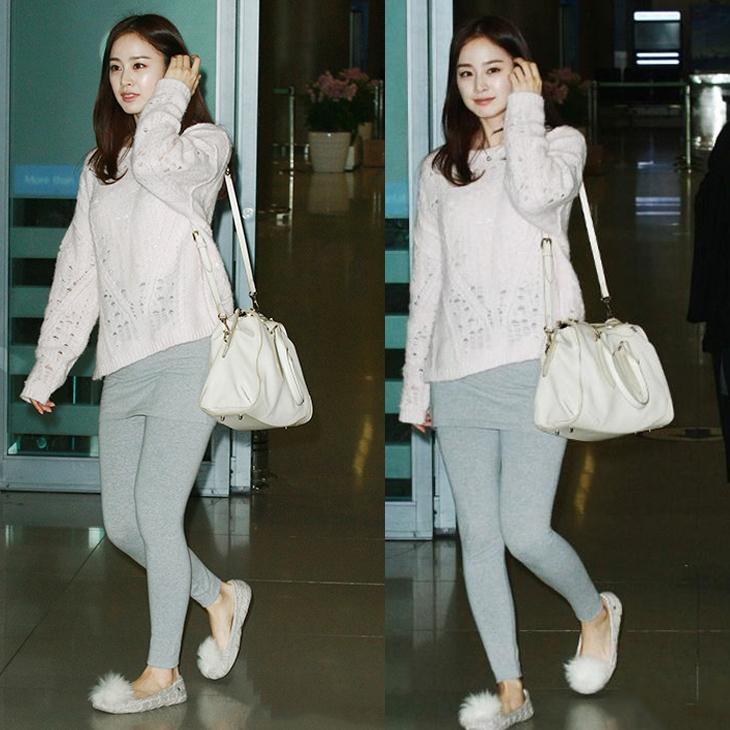 Nàng Kim diện áo len trắng, quần legging và giày búp bê đính lông trắng