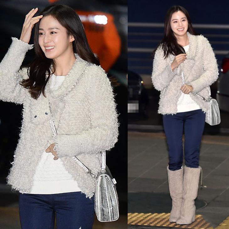 Kim Tae Hea tươi tắn, rạng ngời tại sân bay với quần jean xanh, áo thun trắng và chiếc áo khoác lông giữ ấm.