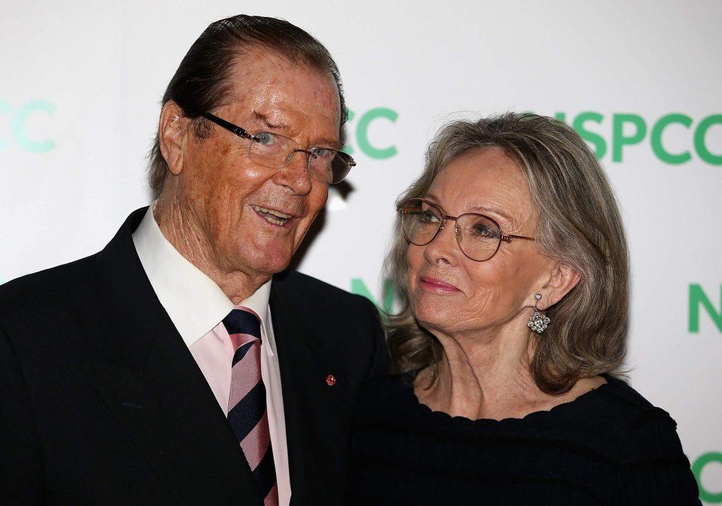 Roger Moore cùng vợ Kristina Tholstrup - người bạn đời luôn âm thầm chăm sóc ông những tháng ngày chống chọi cùng bệnh tật cũng là người phụ nữ cuối cùng trong cuộc đời đào hoa của Moore.