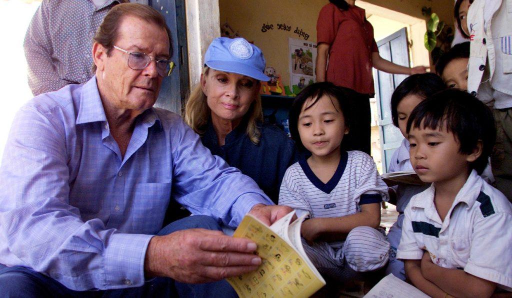 Moore và vợ trong chuyến thăm làng trẻ Triệt Thuận, Quảng Trị tại Việt Nam năm 2003