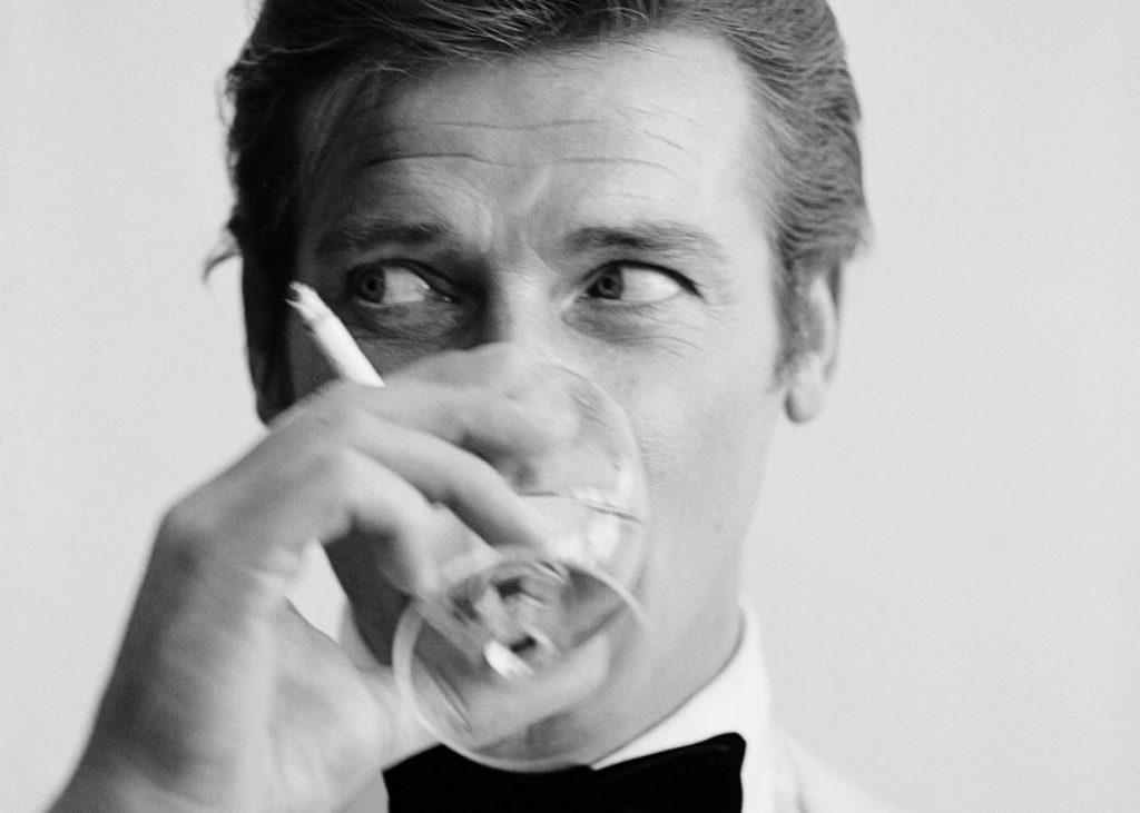 Roger Mooresở hữu nét đẹp lãng tử lúc trẻ.