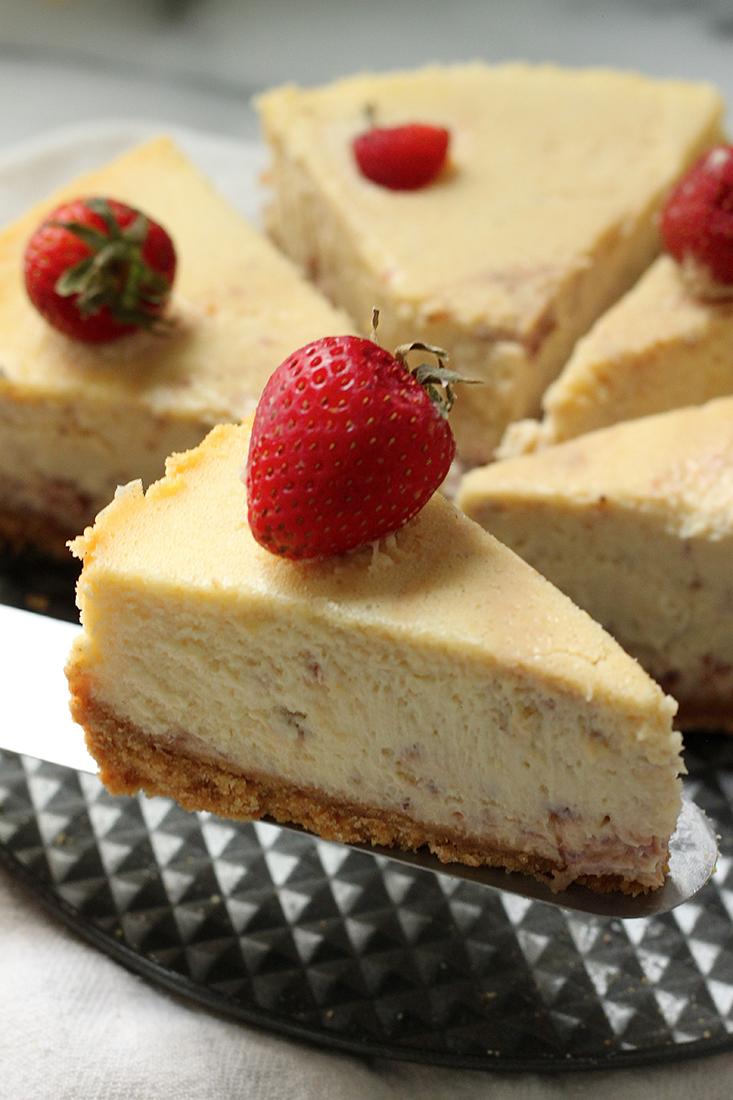 Cheese cake được làm từ phong cách của người Hy Lạp được làm bởi nhiều lớp bơ phyllo và phủ đầy pho mát trứng.
