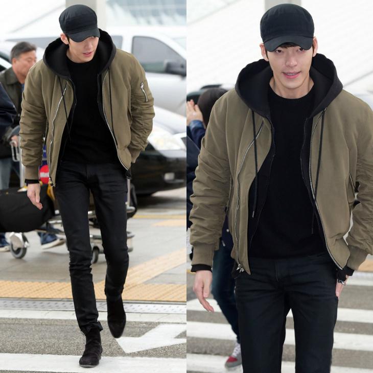 Công thức chọn đồ của chàng Kim khi bay chính là áo thun, quần jeans và không quên mang theo một chiếc áo khoác bên người.
