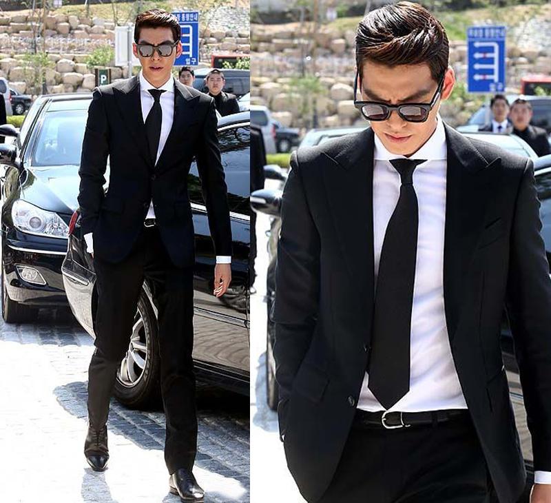 Kim Woo Bin nam tính, quyến rũ trong bộ vest trắng đen truyền thống.