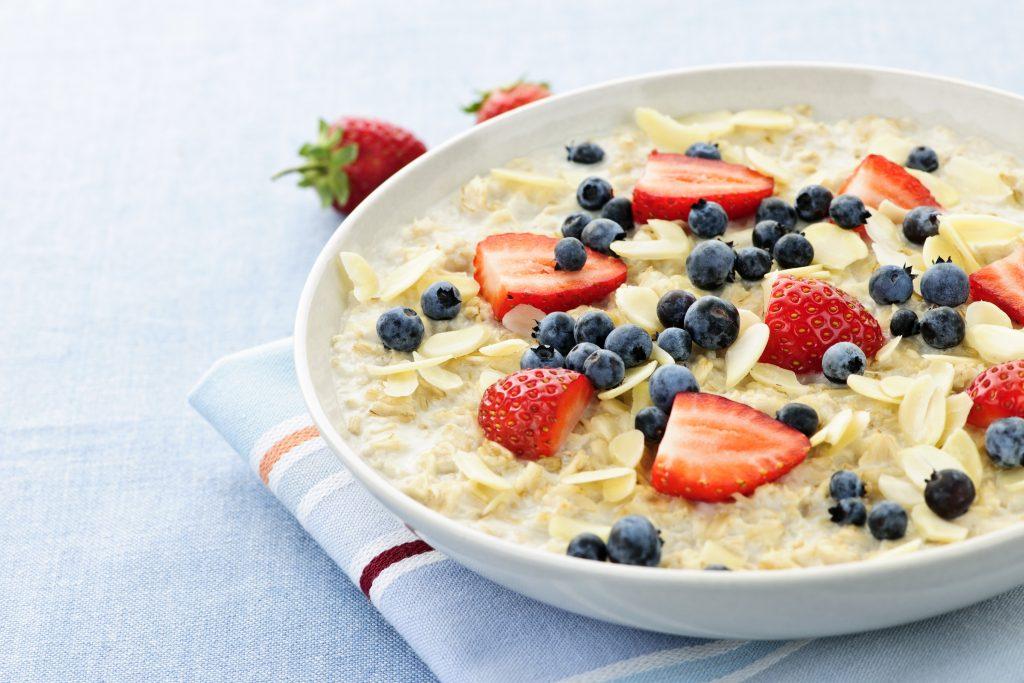 Bạn có thể tăng phần hấp dẫn và đẹp mắt cho món ăn của mình bằng việc sử dụng những loại trái cây ăn kèm với cháo yến mạch.