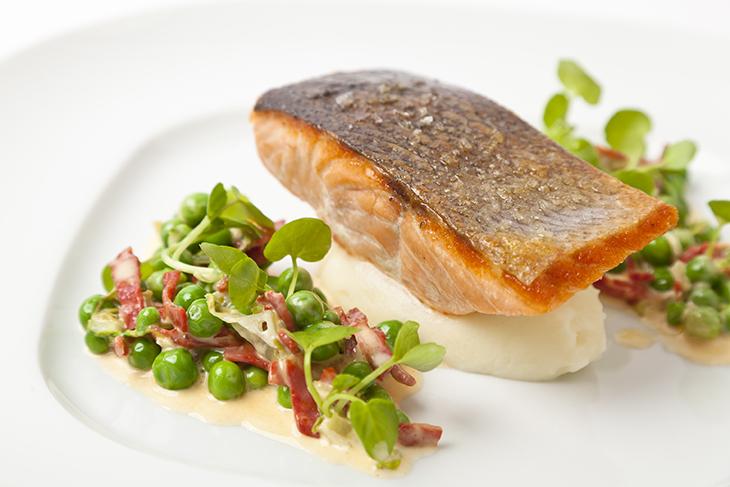 Nếu bạn có nhiều thời gian và muốn bữa tối của mình phong phú hơn hãy chế biến món cá hồi với một ít rau xanh.