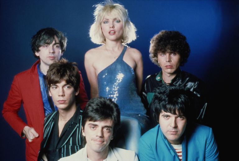 Vào đầu những thập nhiên 70,80, Debbie Harry được biết đến với vai trò là thành viên của nhóm nhạc Blondie.