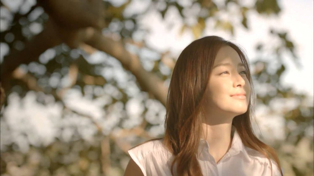 Niềm hạnh phúc hiện rõ trên khuôn mặt người đẹp, vẻ đẹp mộc mạc, giản dị, thanh thoát của cô khiến nhiều không ai nghĩ rằng cô đã 37 tuổi.